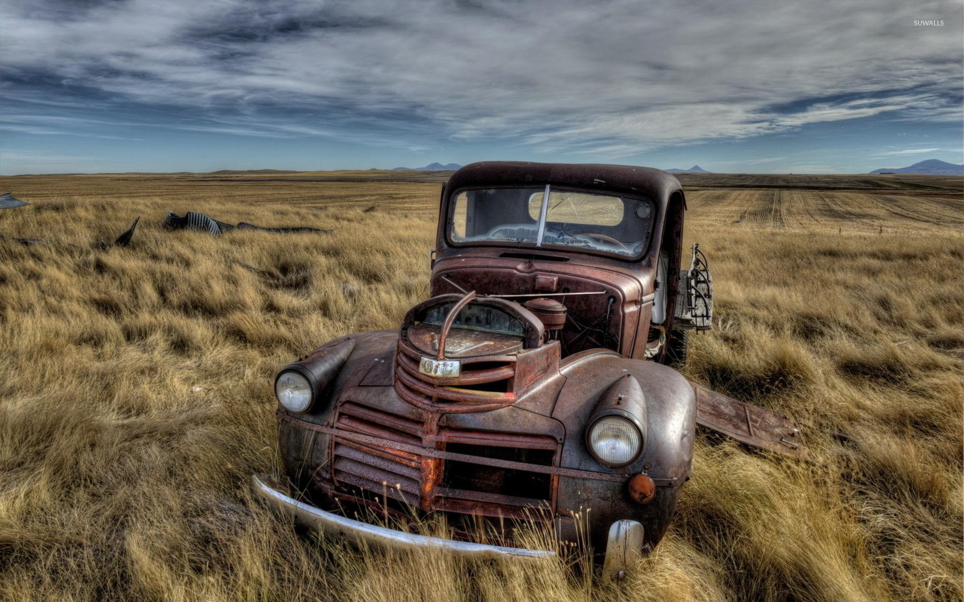Старый автомобиль в поле  № 2341242 без смс