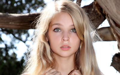beautiful-blonde-girl-with-green-eyes-portrait-48010-400x250.jpg