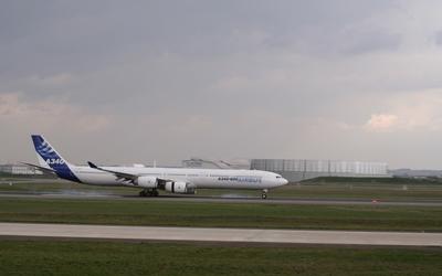 Airbus A340 landing wallpaper
