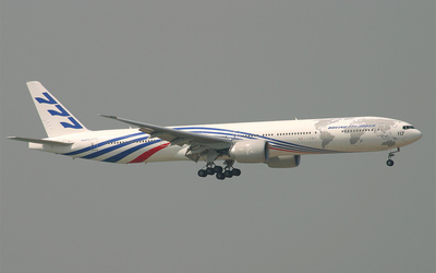 Boeing 777 in the air wallpaper