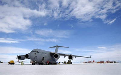 Boeing C-17 Globemaster III on snow wallpaper