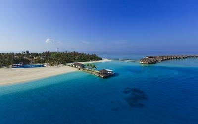 Amazing blue clear water near a Maldive resort wallpaper