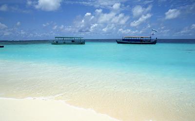 Boat near the white sandy beach wallpaper