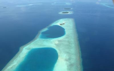 Clear blue ocean water near the sandy islands wallpaper