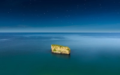Lone island under starry night wallpaper