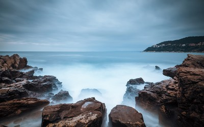 Mystic ocean water at the rocky shore wallpaper