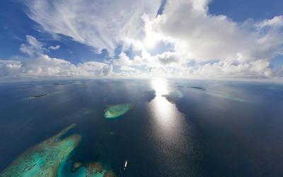 Ocean under sunny sky Wallpaper