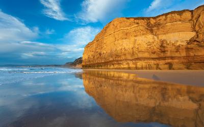 Rusty rock on sandy beach [2] wallpaper