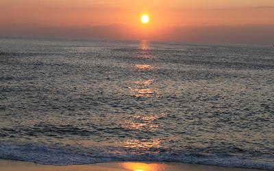 Sun shining over the ocean wallpaper