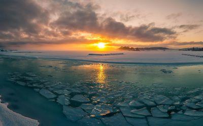 Sunrise at the frozen sea Wallpaper