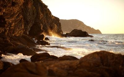 Waves splashing on the rocks [3] wallpaper