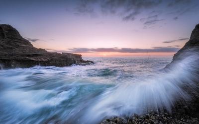 Waves splashing on the rocky shore Wallpaper