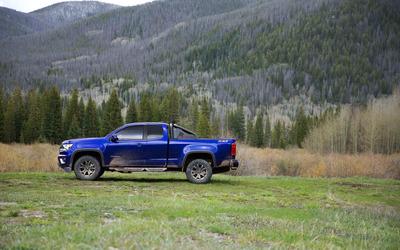 Blue Chevrolet Colorado Z71 on the grass wallpaper