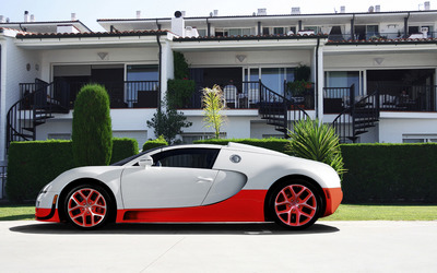 White Bugatti Veyron in front of the house wallpaper