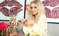 Ashlee Simpson in search of a lipstick wallpaper 3840x2160 jpg