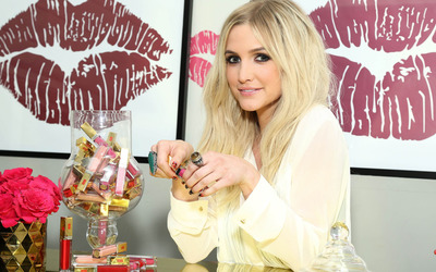 Ashlee Simpson in search of a lipstick wallpaper