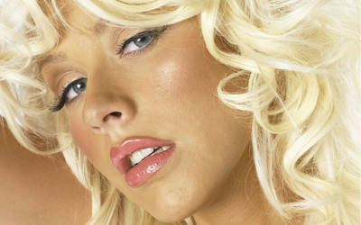 Christina Aguilera with blonde hair portrait Wallpaper