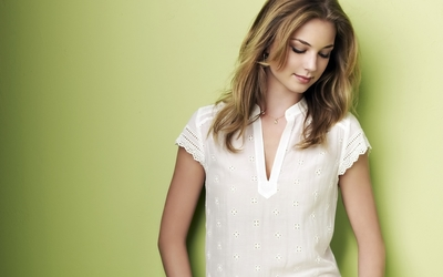 Emily Vancamp [2] wallpaper