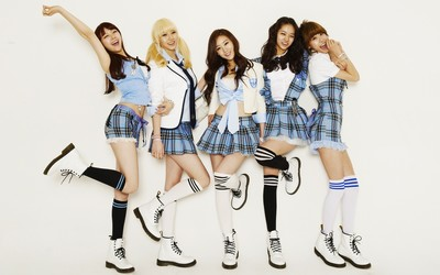 Girl's Day dressed as schoolgirls wallpaper
