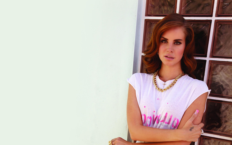 Певица Lana Del Rey На качелях скачать