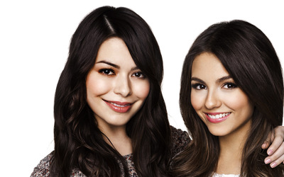 Miranda Cosgrove and Victoria Justice wallpaper