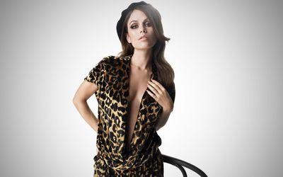 Rachel Bilson with a leopard print wallpaper
