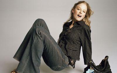 Rachel Nichols with a black bag wallpaper