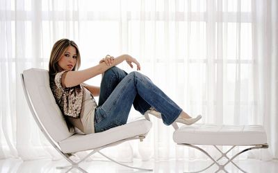 Rachel Stevens relaxing on a chair wallpaper