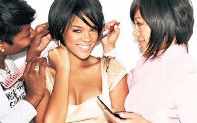 Rihanna preparing for o photo shoot wallpaper