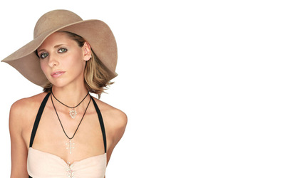 Sarah Michelle Gellar with a hat wallpaper