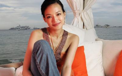Shu Qi on a beach wallpaper
