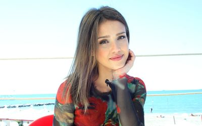 Smiling Jessica Alba wallpaper