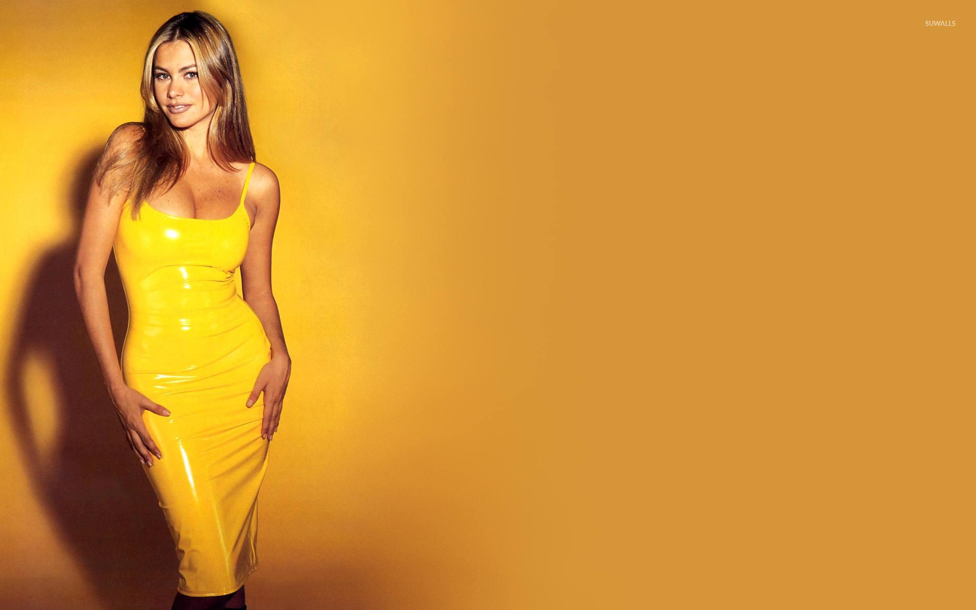 Брюнетка в желтом платье загрузить