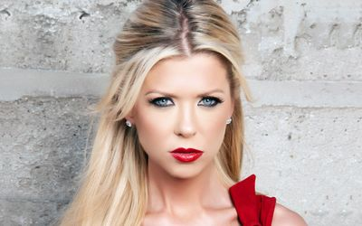 Tara Reid with red lips wallpaper