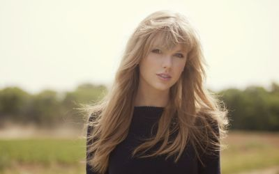 Taylor Swift in the wind wallpaper