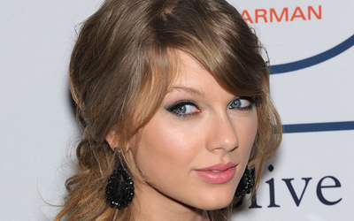 Taylor Swift with pink lips close-up wallpaper