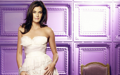 Teri Hatcher in a room with purple walls wallpaper