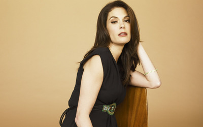 Teri Hatcher on a chair wallpaper