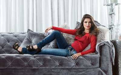 Thais Melchior with a red top and jeans wallpaper