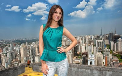 Victoria Justice in on the roof wallpaper