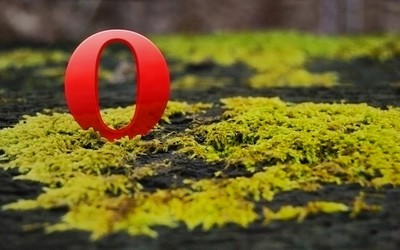 Opera logo on moss wallpaper