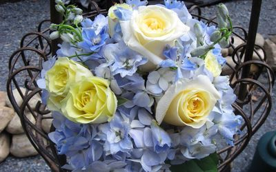 Golden roses with hydrangea in a beautiful bouquet wallpaper