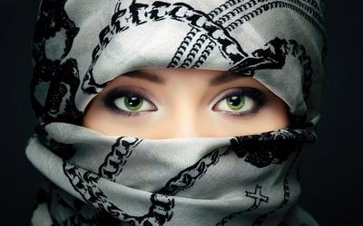 Amazing green eyes of an arabian girl wallpaper