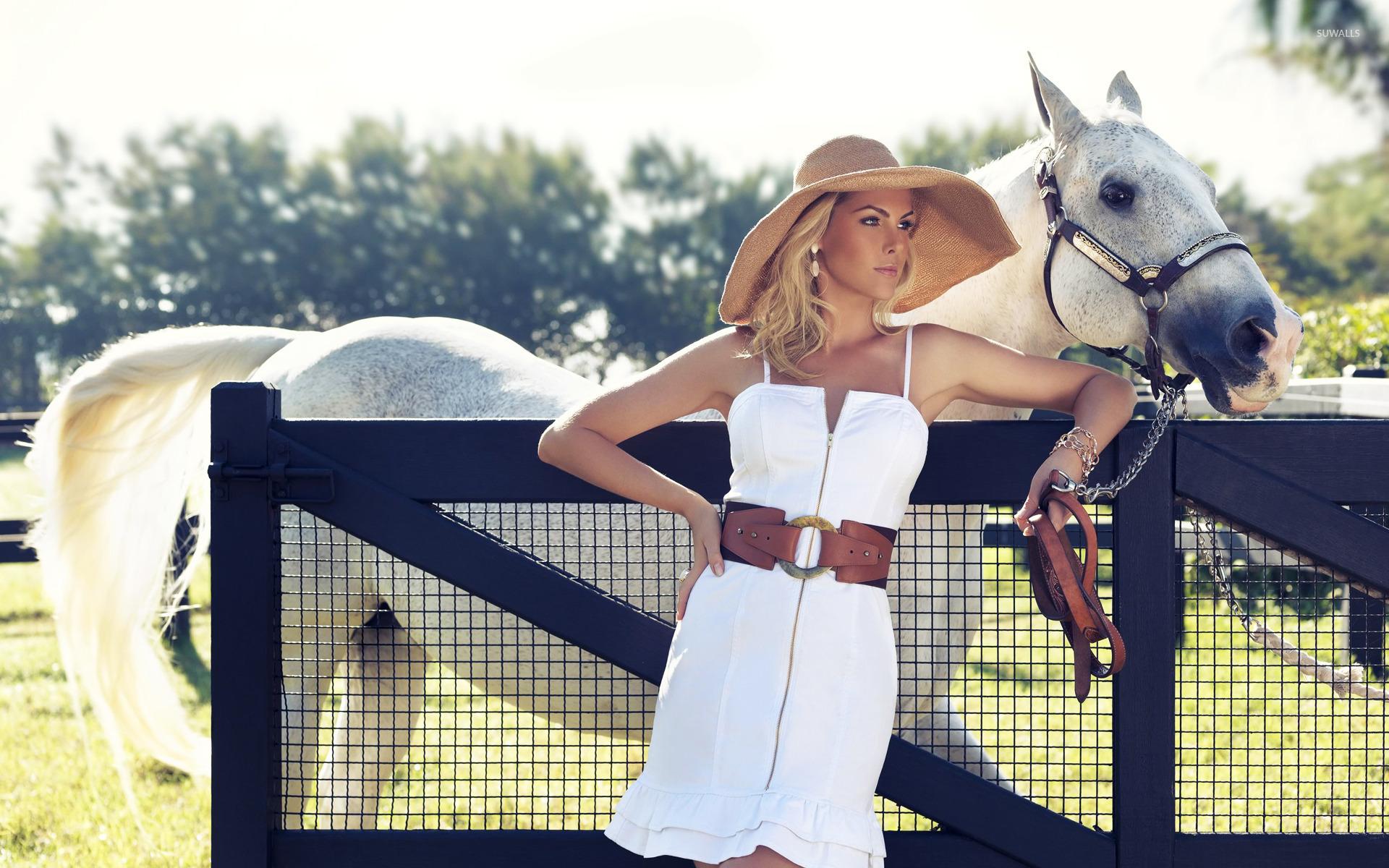 Брюнетка в шляпе с лошадью без смс