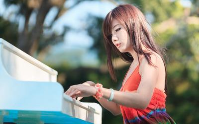 Asian girl playing the piano Wallpaper
