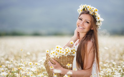Blonde with daisies wallpaper