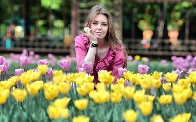 Beautiful girl in tulip field wallpaper