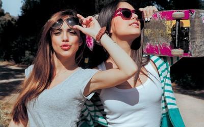 Beautiful girls with sunglasses wallpaper