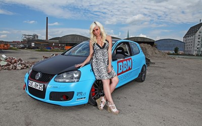 Blonde girl leaning on a Volkswagen Golf V wallpaper