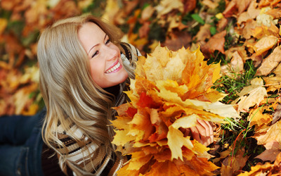 Blonde girl with autumn leaves wallpaper